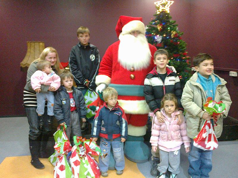 Dolazak Djeda božićnjaka te prigodno darivanje poklon paketima 21.12.2013